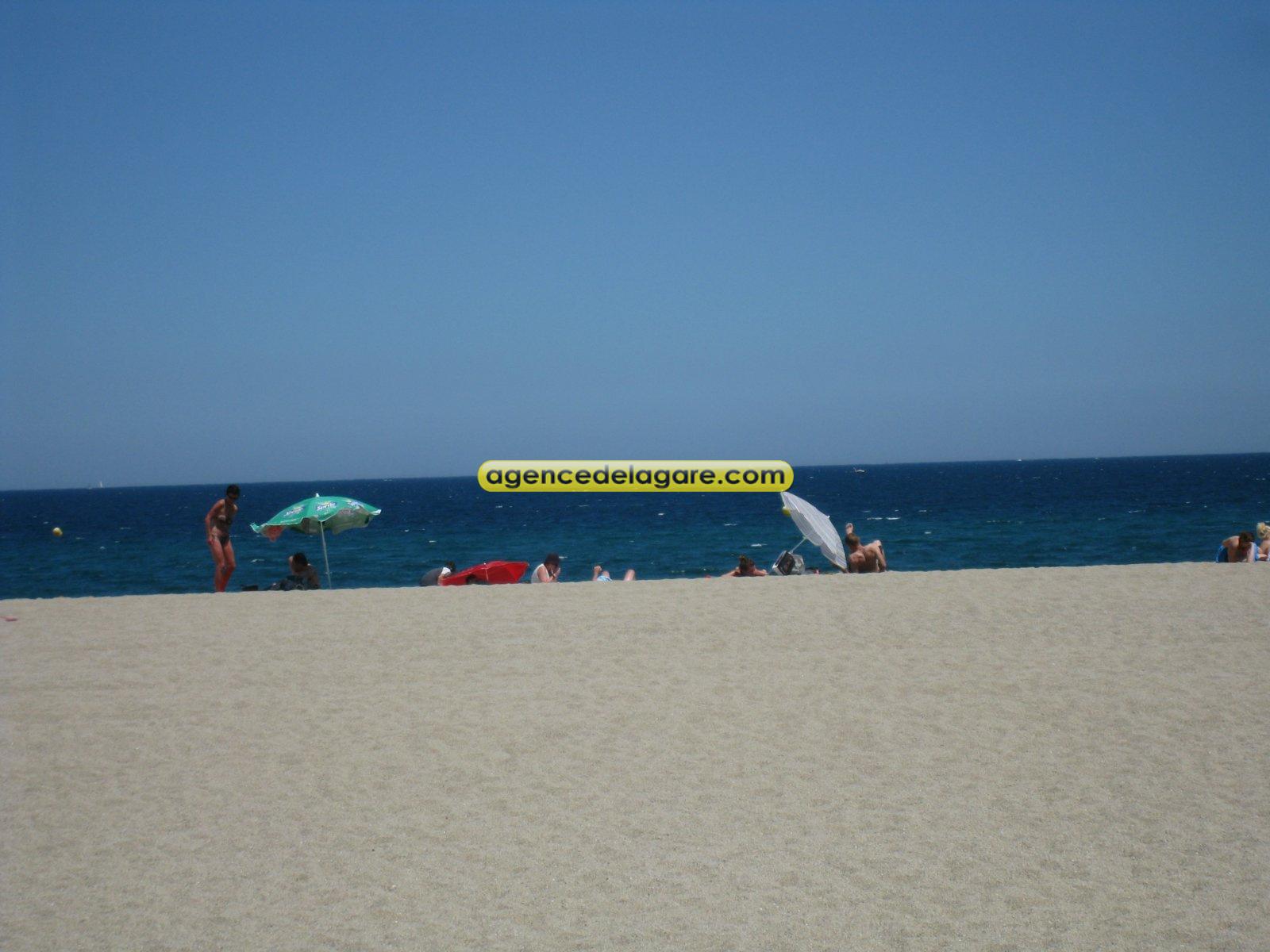 La plage a quelques metres du logement